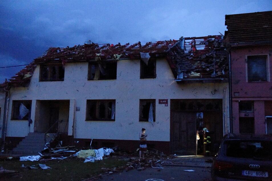 Blick auf ein zerstörtes Haus im Dorf Moravská Nová Ves.