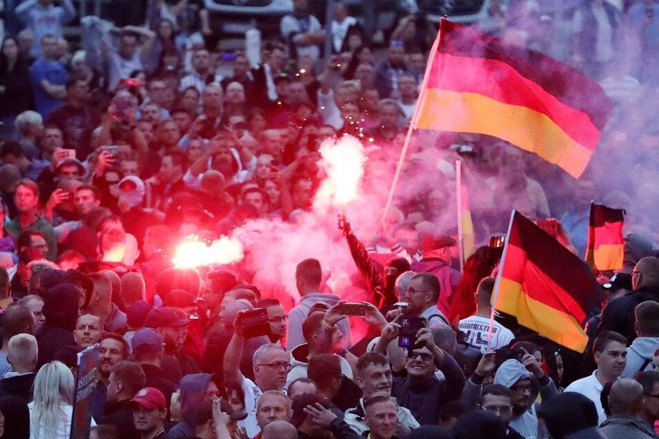 Nach der tödlichen Messerattacke im August 2018 zündeten Demonstranten der rechten Szene Pyrotechnik in Chemnitz. Die Polizei war auf die Kundgebung nur sehr schlecht vorbereitet.