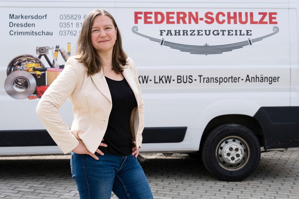 Constance Schulze von Federn-Schulze vor ihrem Geschäft in Markersdorf.