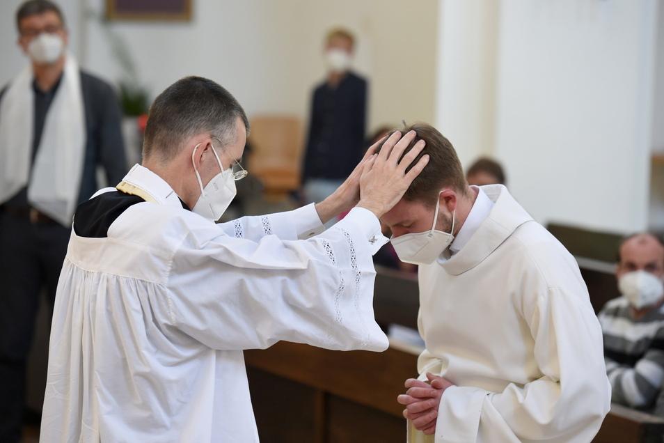Pfarrvikar Wolfgang Rothe segnet Henry Frömmichen bei einem Katholischen Gottesdienst mit Segnung homosexueller Paare im Rahmen einer bundesweiten Aktion in der Kirche St.Benedikt in München.