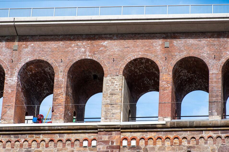 Weil noch Restarbeiten am sanierten Viadukt in Heiligenborn nötig sind, müssen Autofahrer bis Freitag eine Umleitung in Kauf nehmen. Die Straße unter der Brücke ist ge- sperrt