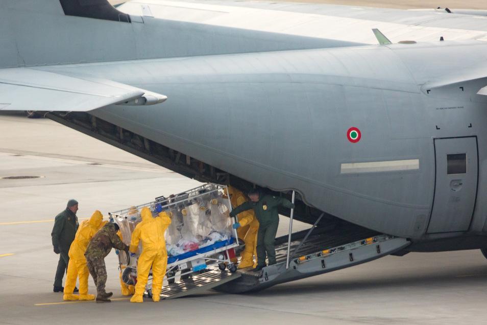 Ende März landete unter anderem dieser Militärtransporter mit zwei italienischen Corona-Patienten in Klotzsche.