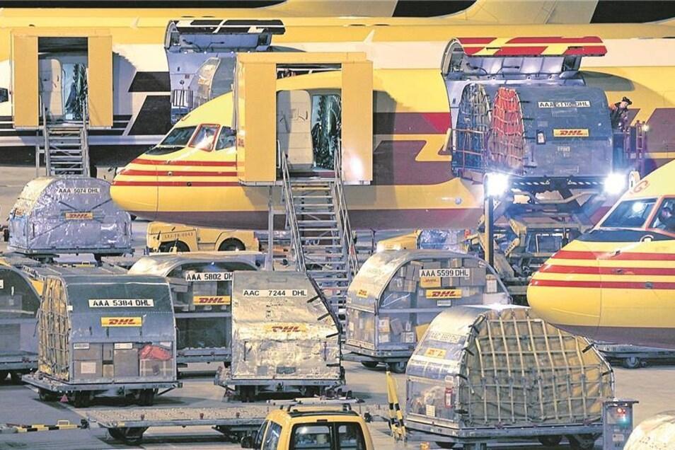 Es gibt viel zu tun, bauen wir aus – so DHL und stellt sich demnächst eine riesige neue Sortierhalle am Flughafen Leipzig hin.Foto: dpa