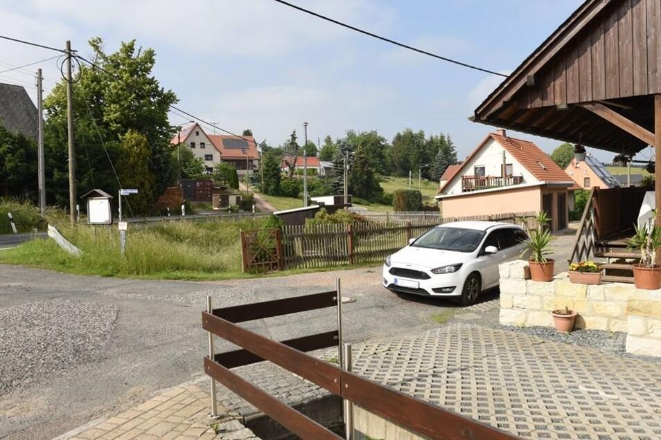 Heute steht in Sadisdorf eine Sandsteinmauer, die das Gebäude schützt. Außerdem wird der Ochsenbach ausgebaut, um größere Fluten bewältigen zu können.