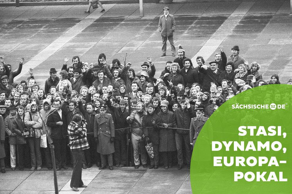 Vor dem Hotel Newa in Dresden warten Fans am 7. November 1973 auf die Ankunft des FC Bayern. Volkspolizisten halten die Menge unter Kontrolle.