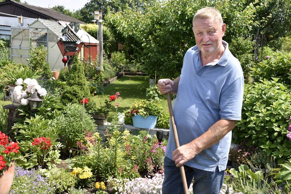 Christian Hanns pflegt seinen Garten in der Anlage am Geberbach in Nickern seit 20 Jahren.
