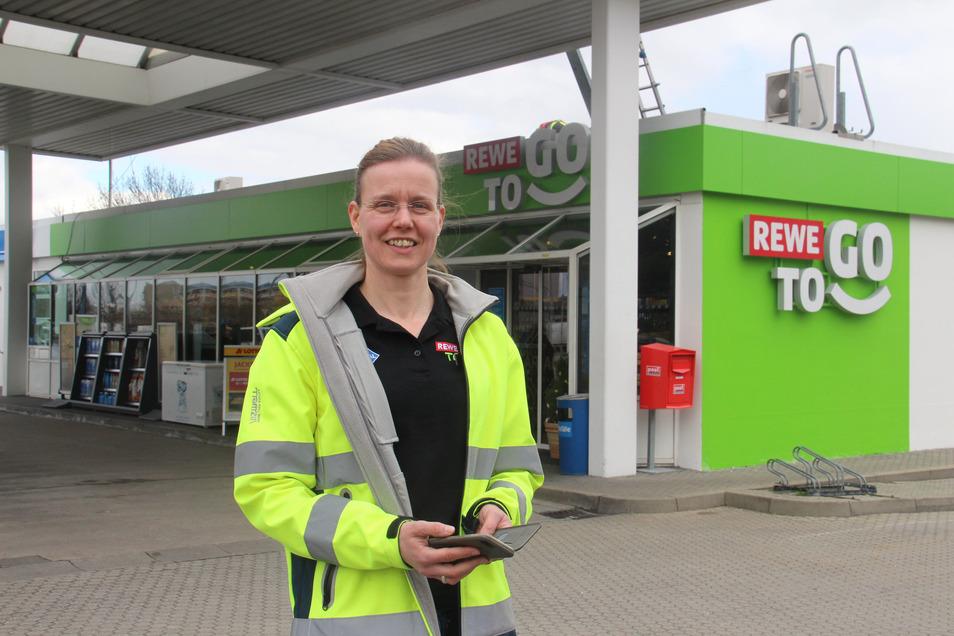 Pächterin Manuela Ruß freut sich über das neue Outfit der Aral-Tankstelle an der Kreckwitzer Straße in Bautzen.