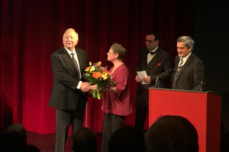 Im Februar 2019 erhält der frühere Verteidigungsstaatssekretär Willy Wimmer (links) den Bautzner Friedenspreis. Ostsachsen-TV-Chef David Vandeven (2. v. r.) moderierte die Veranstaltung.