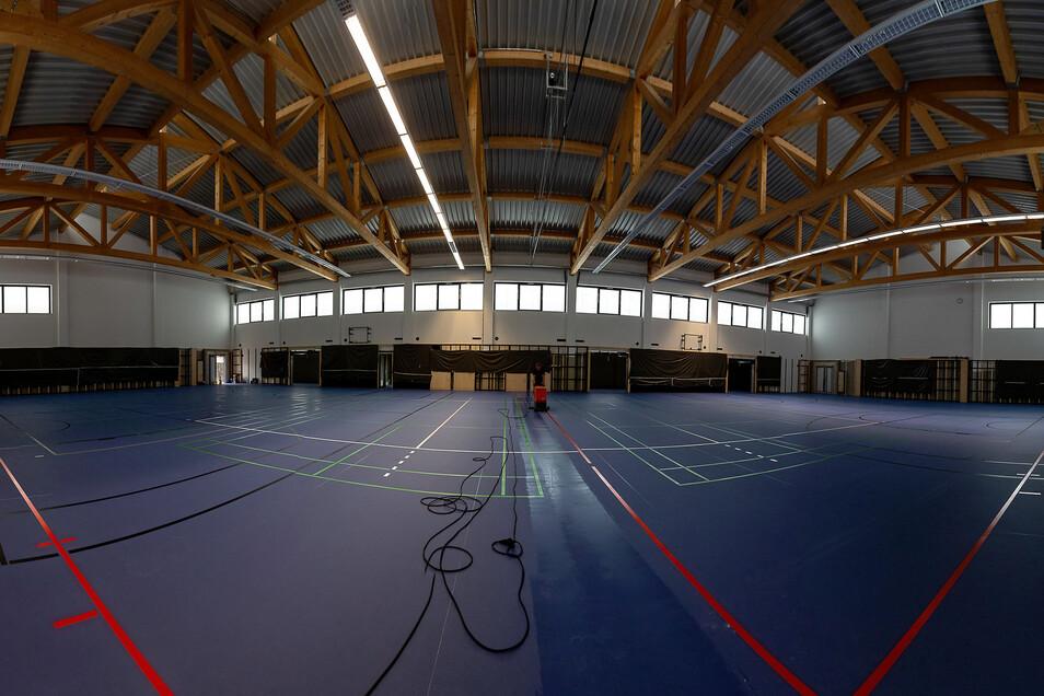 In der Turnhalle kann Fußball gespielt werden Die Zwei-Feld-Turnhalle ist so gut wie fertig. Künftig soll sie nicht nur von der Schule, sondern auch von Vereinen genutzt werden.