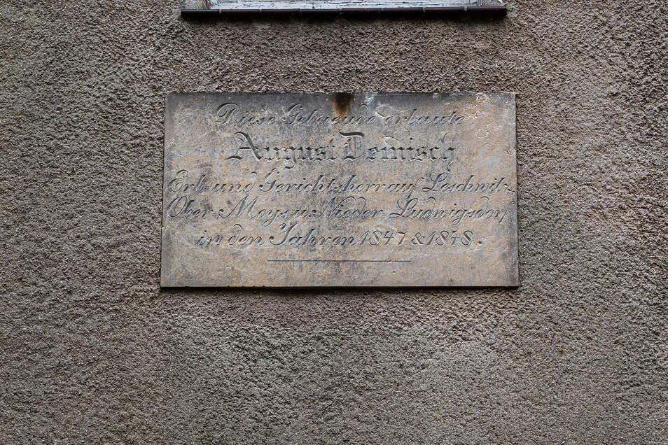 Die Tafel am früheren Gesindehaus verweist auf August Demisch, der das Gebäude 1847/48 erbaute.
