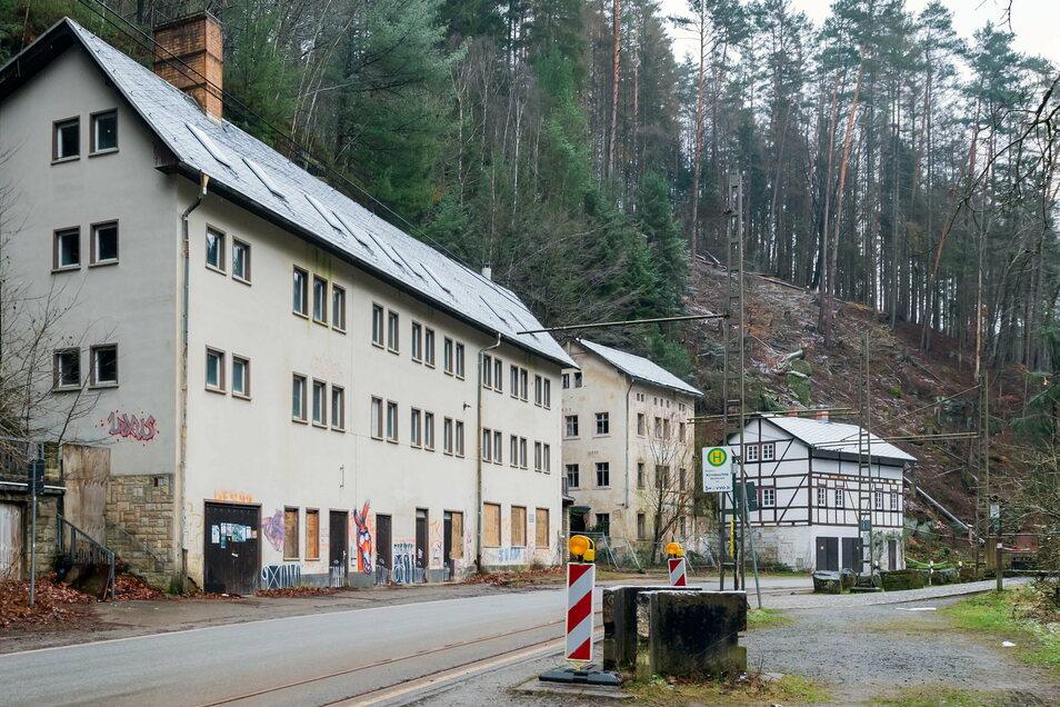 Das Bettenhaus vorn links soll abgerissen werden. Das Fachwerkhaus hinten rechts gehört privaten Eigentümern und bleibt.