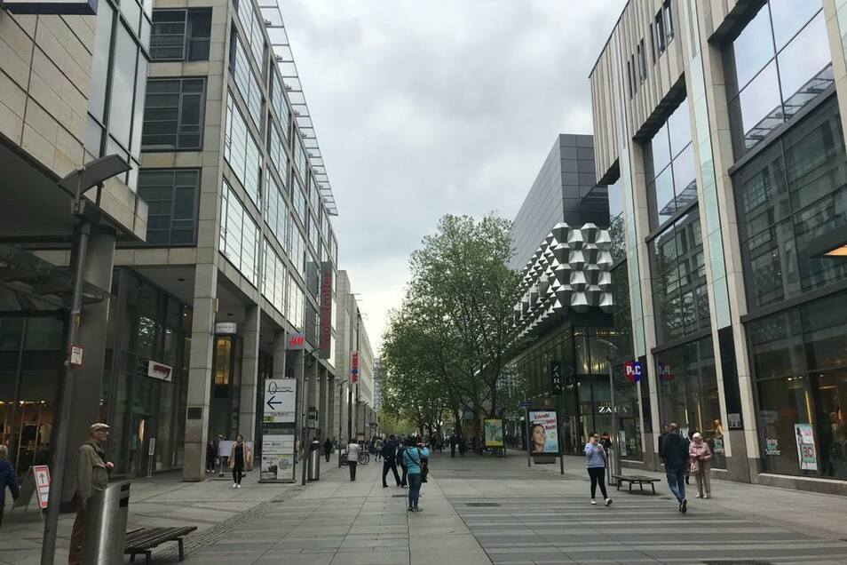 Die Prager Straße ist am Montagvormittag noch sehr leer.