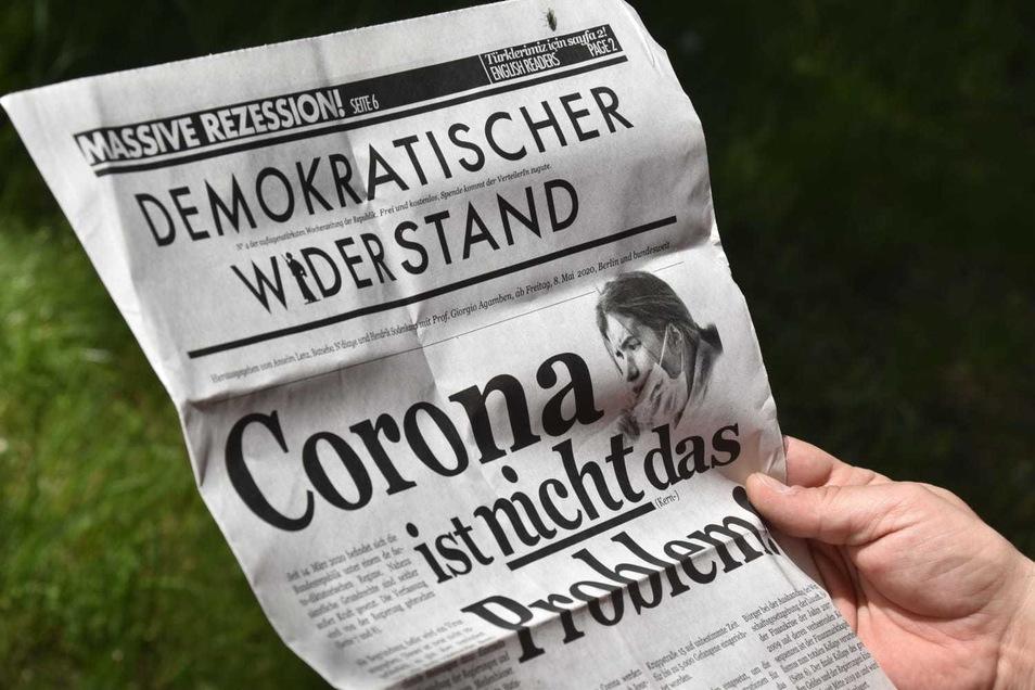 """""""Demokratischer Widerstand"""" nennt sich die Zeitung, die am Palaisteich verteilt wird."""