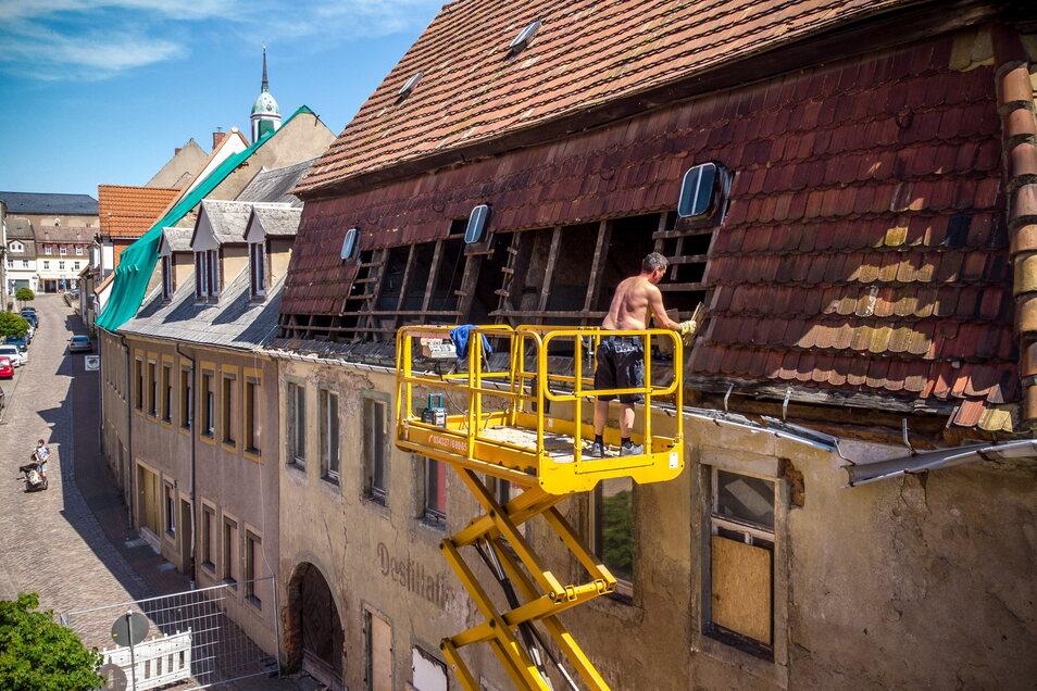 Jetzt sind Löcher im Dach der Destille in Roßwein gewollt. Der Abriss hat begonnen – zunächst wird der Dachstuhl freigelegt. Intakte Biberschwanzziegel werden weiter ver- wendet.