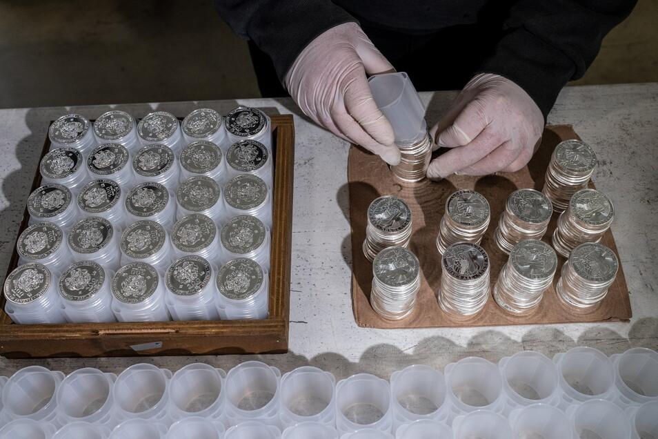 Wertvolle Stapel: Münzen werden für den Transport verpackt.