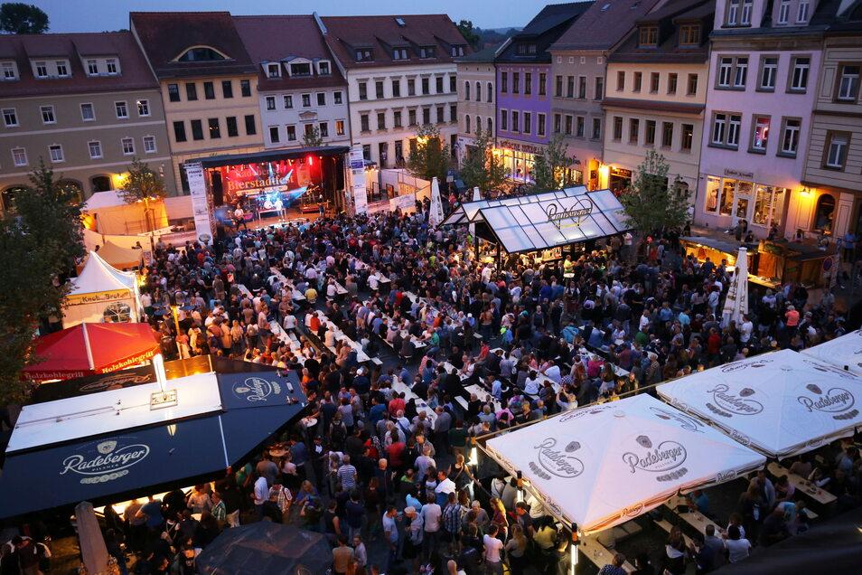 Beim Bierstadtfest ist der Marktplatz in Radeberg voll. Diesmal musste die Zahl der Gäste auf 999 limitiert werden.