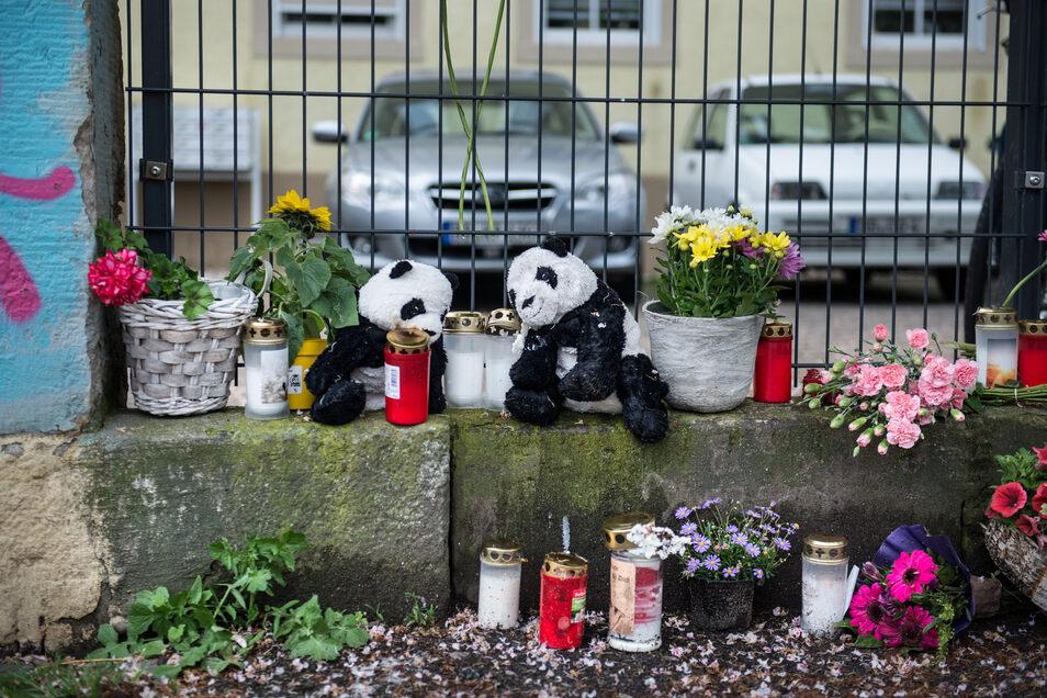 Kerzen und Plüschtiere als Anteilnahme für den gewaltsamen Tod zweier Kinder: In einem Haus in der Stetzscher Straße in Dresden soll ein Vater im Mai 2019 seinen Sohn und seine Tochter erwürgt haben.