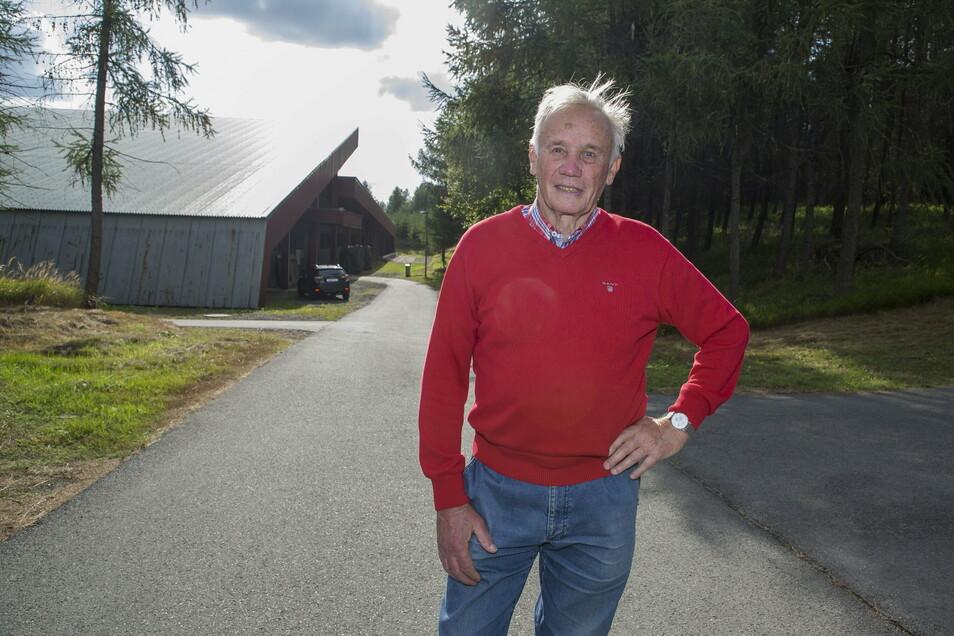 Rolf Heinemann, Vorsitzender des Fördervereins Biathlon Osterzgebirge, vor der Schießhalle der Biathlonarena.