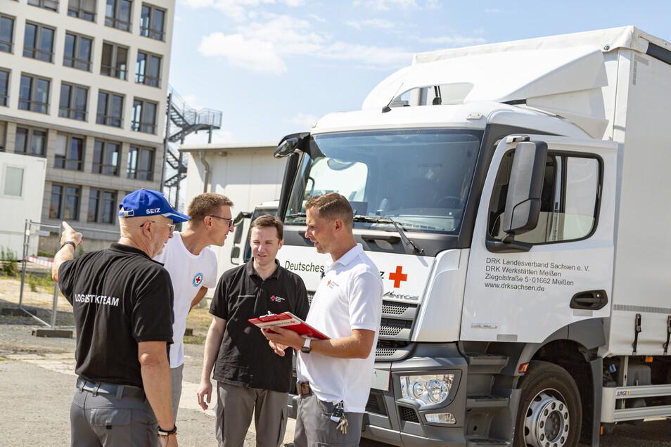 Ein Team von Mitarbeitern des Deutschen Roten Kreuzes machte sich bereits am Freitag von Dresden aus auf den Weg in die Krisengebiete.