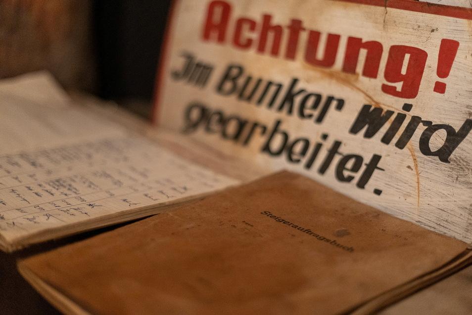 """Auch Schilder gehören zur Sammlung von Uwe Jaschik - und mit dem letzten Steigerauftragsbuch aus dem Bergbaubetrieb """"Willi Agatz"""" in Bannewitz eine besondere Rarität."""