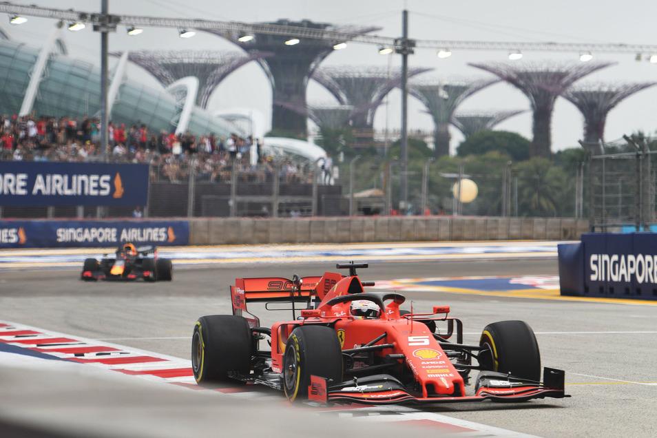 Mit einer selbst fehlerlosen Leistung fuhr Sebastian Vettel so völlig unverhofft seinen ersten Saisonerfolg ein - sehr zum Ärger seines Teamkollegen Leclerc.