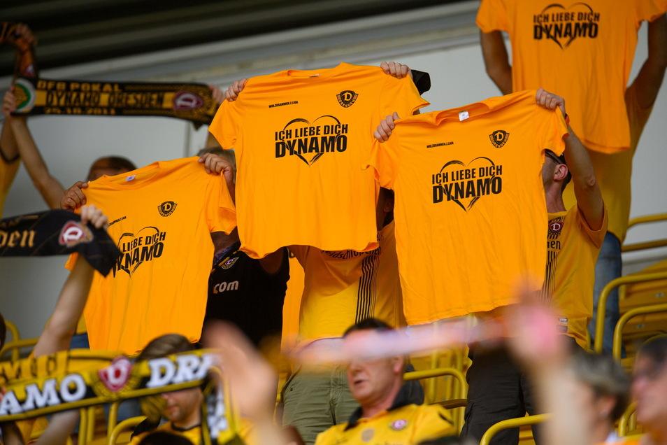 """Der Verein schenkt den Fans als kleines Dankeschön T-Shirts mit dem Slogan """"Ich liebe Dich Dynamo"""", der das Motto dieses Spieles ist."""