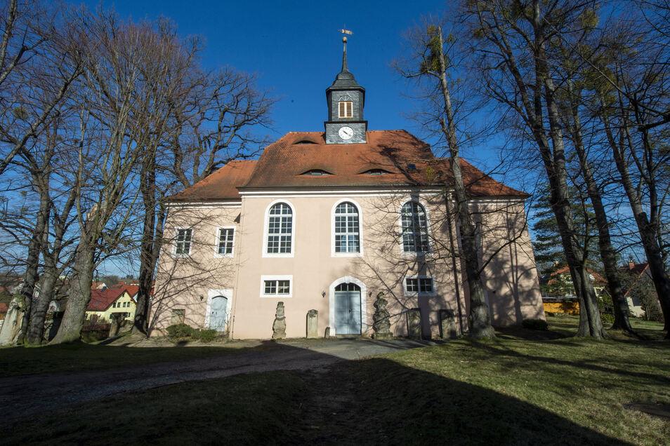 Klein und fast etwas versteckt liegt die Röhrsdorfer Kirche, deren nicht nur Glocken viel zu erzählen haben.