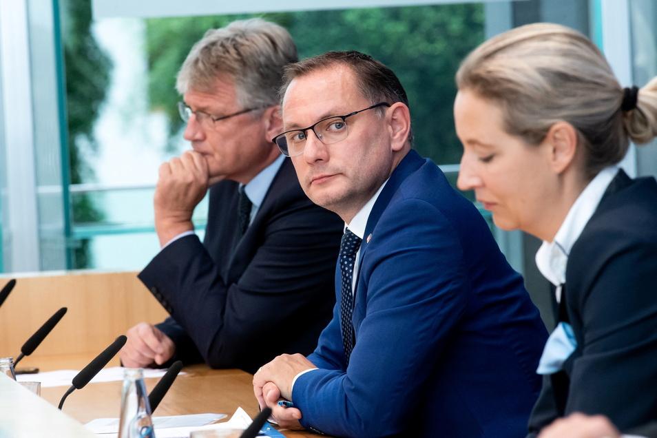 Die AfD-Spitzenkandidaten zur Bundestagswahl, Tino Chrupalla (M.) und Alice Weidel, sowie Bundessprecher Jörg Meuthen zogen am Montag in Berlin eine eher verhaltene Wahl-Bilanz.