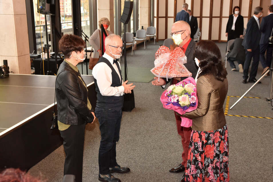Torsten Ruban-Zeh und seine Frau überreichten den Skoras Blumen. Ruban-Zeh wird am heutigen Montag als Oberbürgermeister vereidigt.