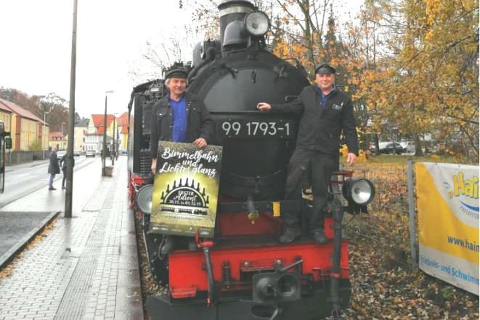 Die beiden Lokführer der Weißeritztalbahn André Aurich (links) und Mike Kreß präsentieren stolz die Einladung zu Bimmelbahn und Lichterglanz.