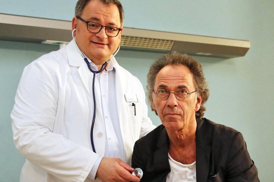 Michael Trischan (l.), Dr. Brenner aus der Sachsenklinik, ist am 22. 9. in Schönfeld.