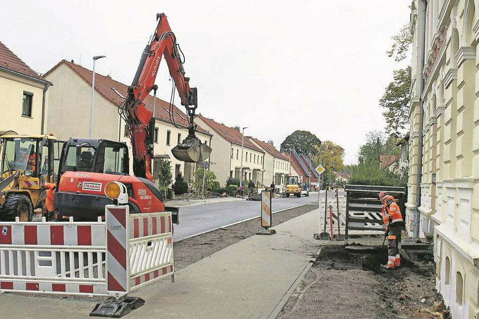 Die Jahnstraße in Weißwasser ist wieder für den Verkehr freigegeben. Noch laufen im Umfeld aber Restarbeiten an Gehwegen und auch an Privatgrundstücken.