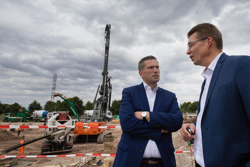 Baustellenrundgang in Zwickau mit Sachsens Wirtschaftsminister Martin Dulig (SPD, l) und Reinhard de Vries, Geschäftsführer Technik und Logistik bei VW Sachsen.