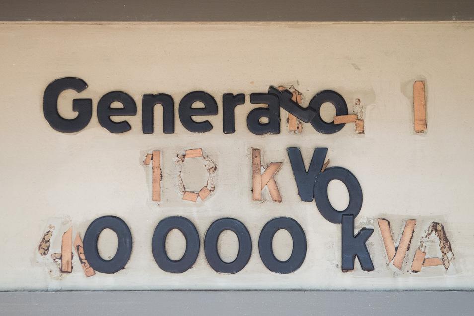 Buchstaben kleben an einer Schaltwand in der historischen Schaltwarte im Kraftwerk Mitte in Dresden. Ab Oktober 2019 soll das zweitälteste Gebäude des Industriedenkmals aus dem 19. Jahrhundert zu einem Probenraum des Heinrich-Schütz-Konservatorium umgebau