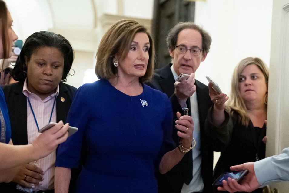 Nancy Pelosi (M), Sprecherin des US-Repräsentatnenhauses, äußerte sich im Kapitol über die ersten Schritte zur Einleitung eines Amtsenthebungsverfahrens gegen US-Präsident Donald Trump.
