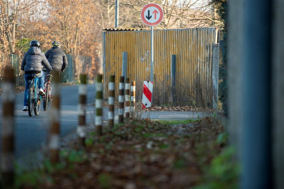 Radfahrer dürfen das Nadelöhr auf der Fabrikstraße in Höhe des Lößnitzbades passieren. Für Lkw ist die Straßen dagegen tabu.