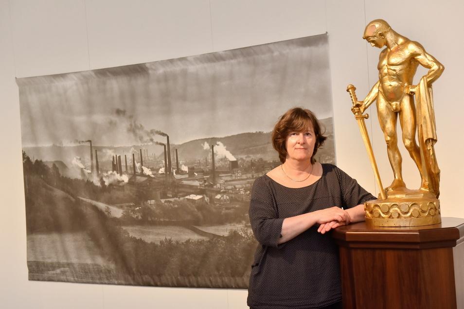 Kuratorin Juliane Puls entwarf die Sonderschau und holte Freitals Goldenen Mann als Leihgabe ins Museum.