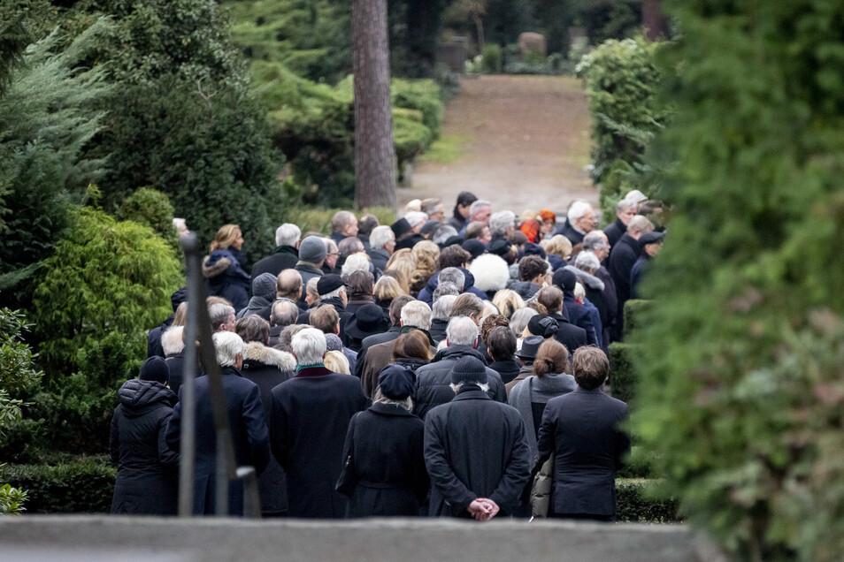 Zahlreiche Trauergäste begleiteten den mit bunten Blumen geschmückten Holzsarg.