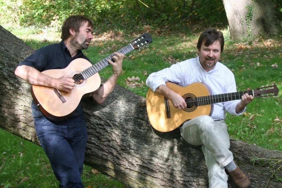 """Das Gitarrenduo Falmar spielt am 12. Juli im Garten des Sorbischen Nationalensembles und eröffnet damit die neue Konzertreihe """"Unplugged in Bautzen""""."""