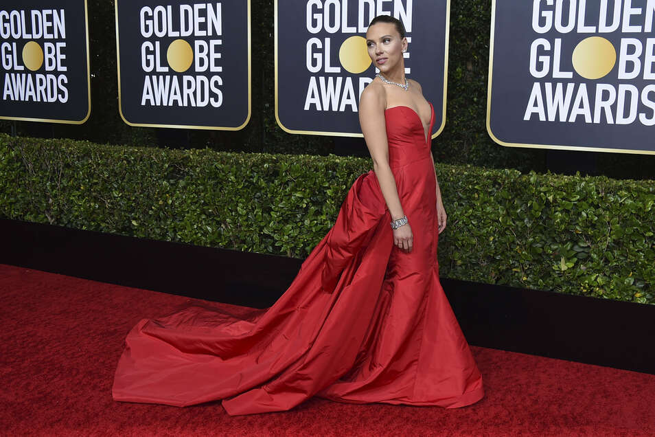 Scarlett Johansson entschied sich für eine rote Robe.