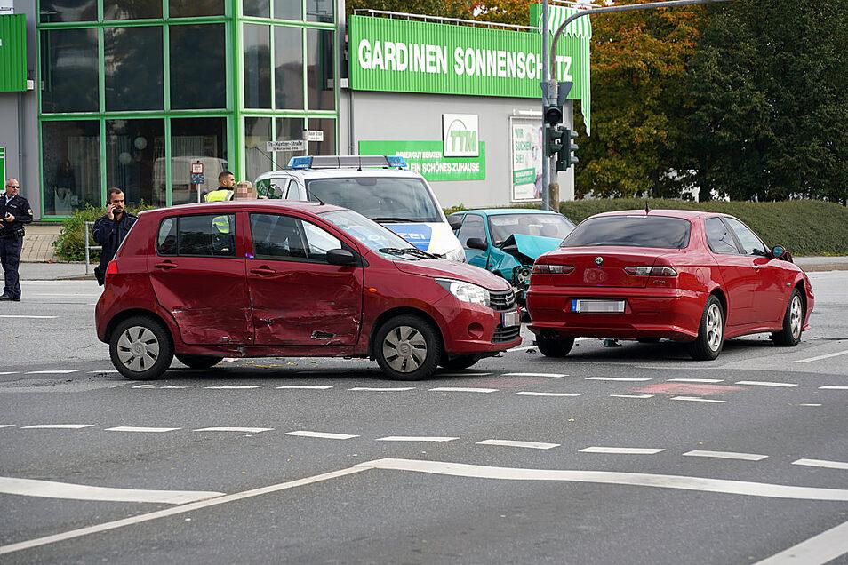 An einer Kreuzung an der B156 in Bautzen sind am Sonntag drei Autos kollidiert. Der Unfall könnte mit einer defekten Ampelanlage zusammenhängen.