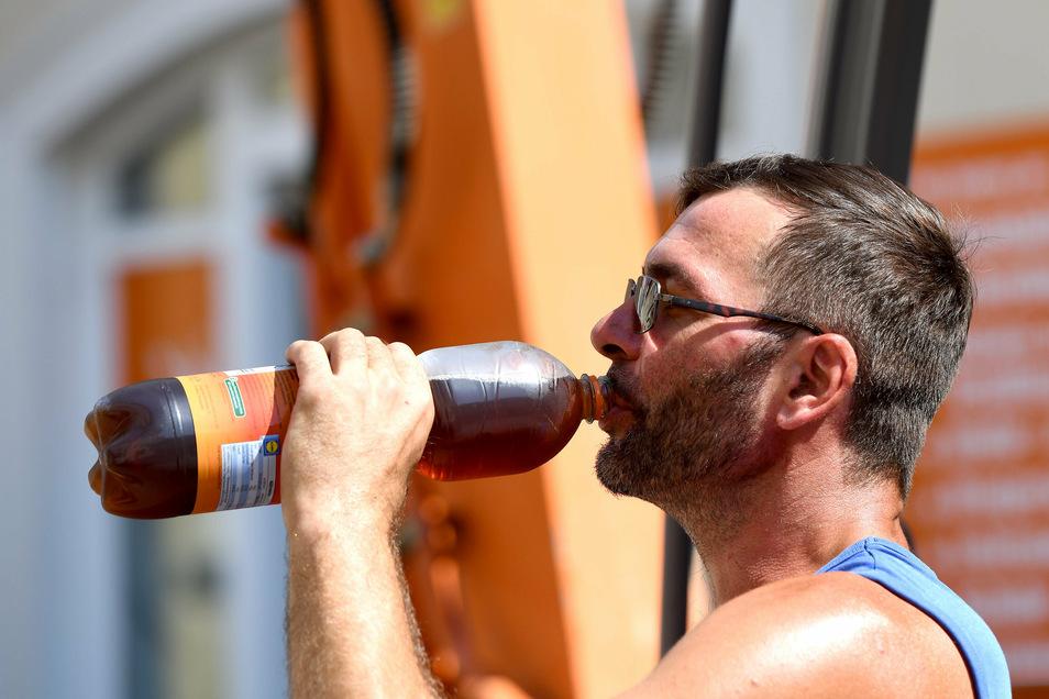 Bauarbeiter Franz Eifler bevorzugt Eistee. Viel Trinken ist bei solcher Hitze besonders wichtig.