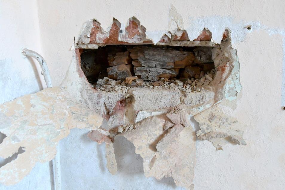 Erst beim Öffnen der Decken, Böden und Wände wurde das ganze Ausmaß der Schäden sichtbar, berichtet der Eigentümer. Ein Holzfachmann hat ein Gutachten dazu erstellt, das belegt: Das Gebälk in den Wänden ist verrottet.