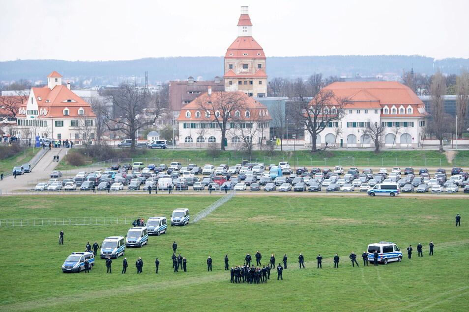 Polizisten sicherten den Parkplatz in der Rinne.