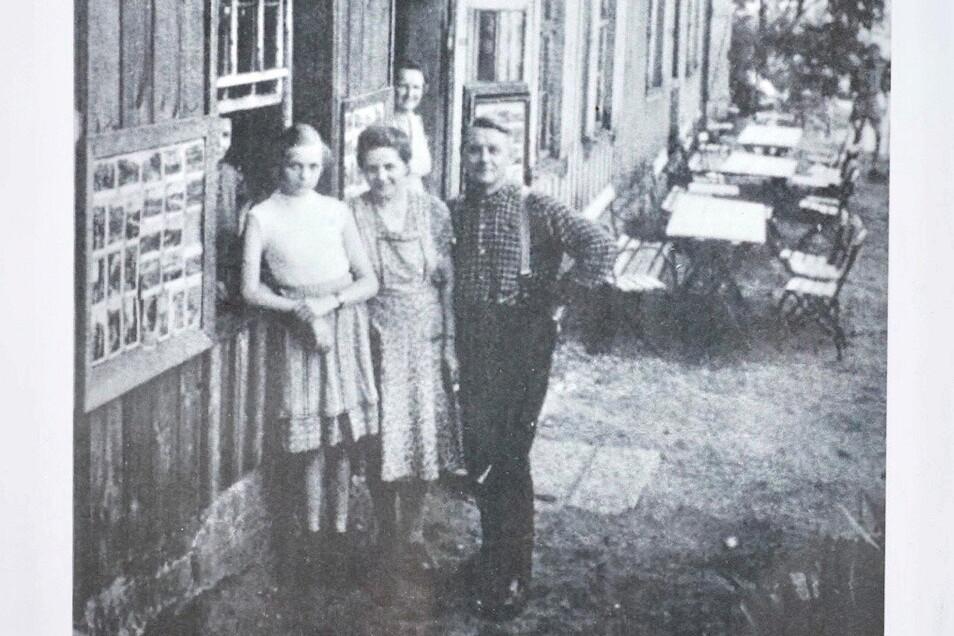 Maria Schulte-Herbrüggen als Mädchen mit ihren Eltern auf dem Rauenstein.