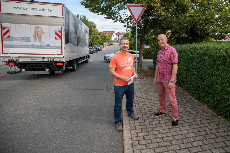 Sebastian Stemmler (links) und Steffen Gehlert sind nicht zufrieden, wie der Verkehr auf der Anliegerstraße An der Baumschule in Wilsdruff geführt wird.