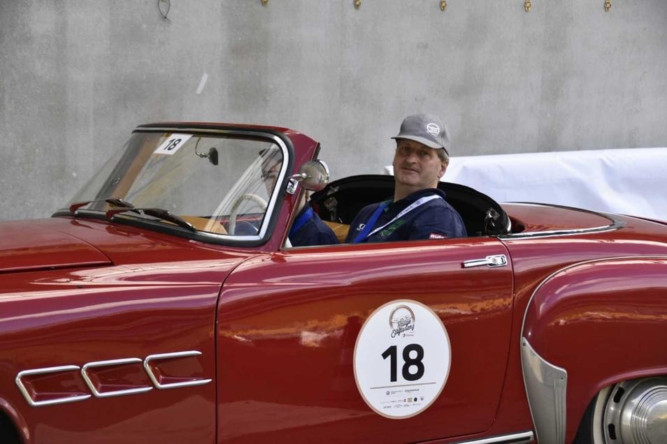 Hendrik und Michael Schubert rollten mit ihrem Wartburg 313 ins Stadion ein. Von dem Modell fuhren drei Wagen bei der Rallye mit - einer in der Sportauführung.