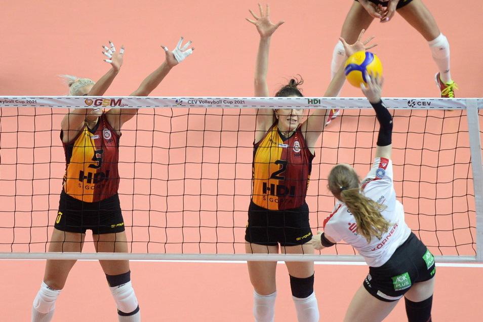 In den Sätzen 3 und 4 scheiterten die Dresdnerinnen zu oft am Block der Gastgeberinnen.