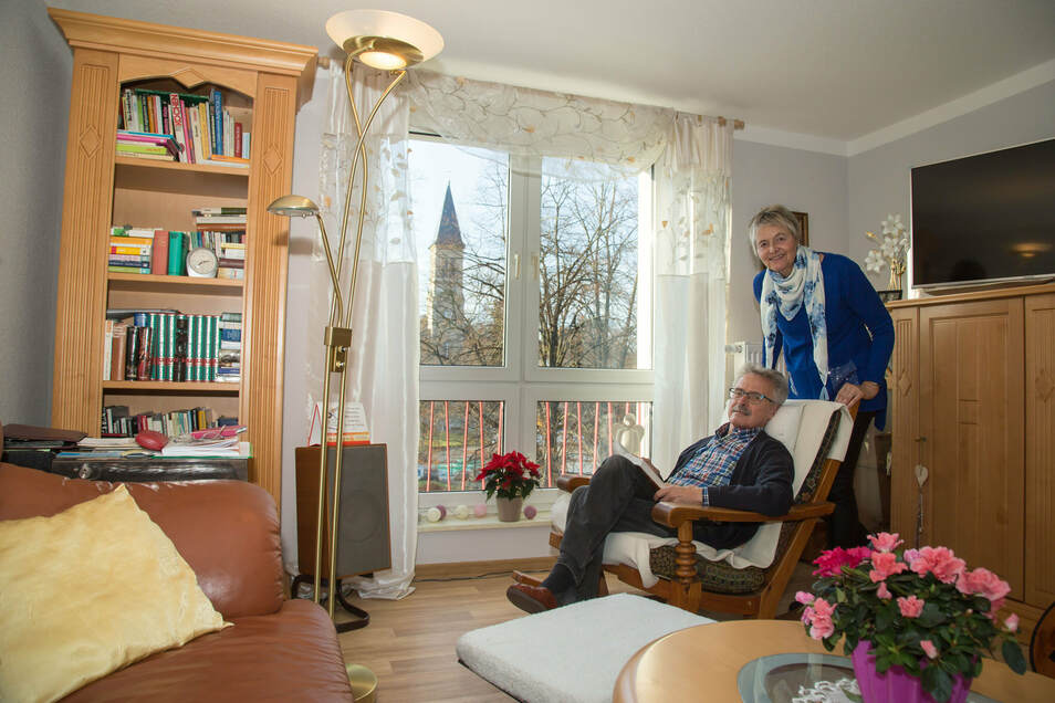 Ernst und Christiane Schöler wohnen seit zwei Monaten in einer der neu sanierten Wohnungen am Zinzendorfplatz.