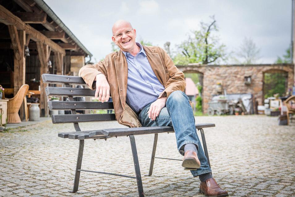 Dirk Neumann vom Hoftheater Weißig lässt sich die Laune nicht vermiesen. Es will einen Kompromiss finden, damit es auch weiterhin Sommertheater im Hof geben kann.